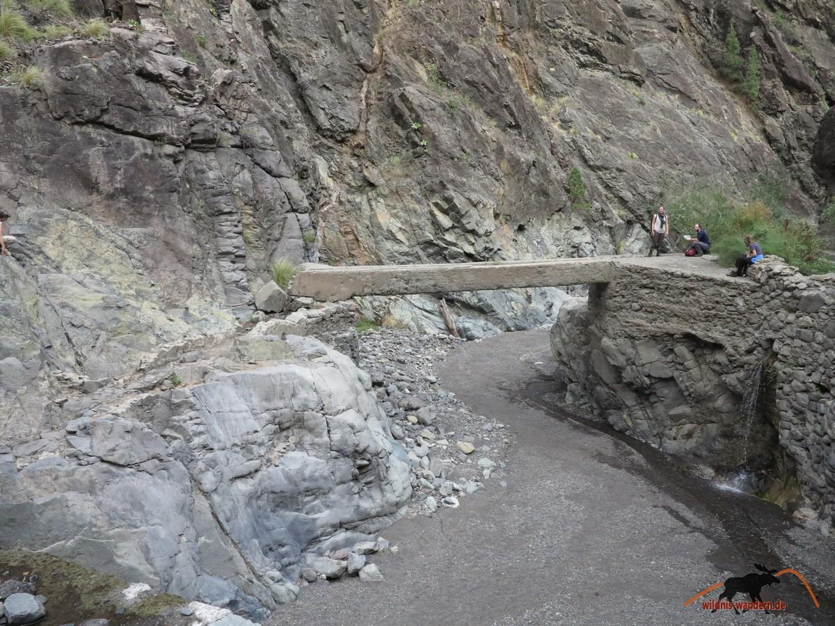 Über diese Kanalbrücke müssen wir rüber