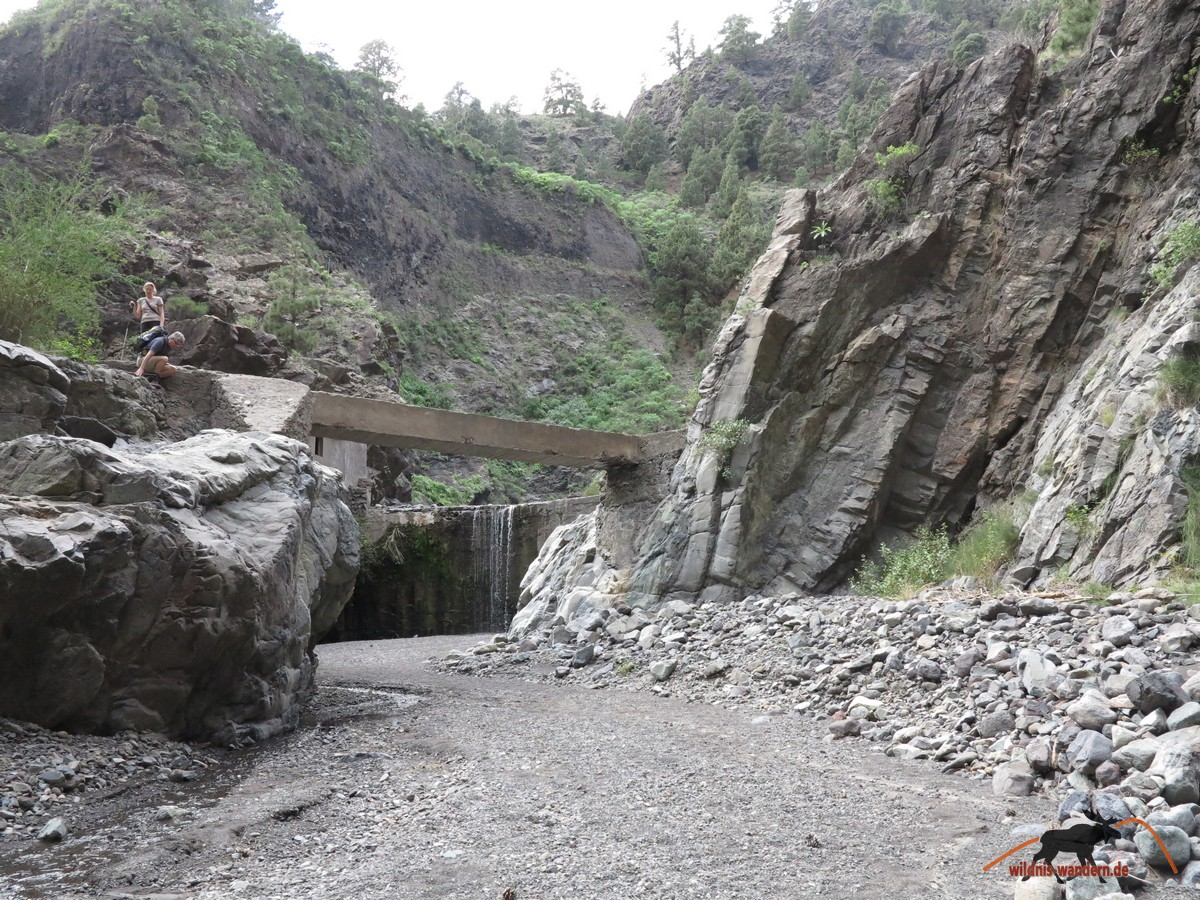 Rechts auf die Brücke, links über die Felsen runter