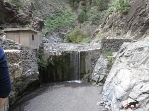 Blick von der Kanalbrücke auf die Mauer - rechts geht es zur Brücke